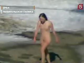 video-golaya-devushka-hodit-po-gorodu