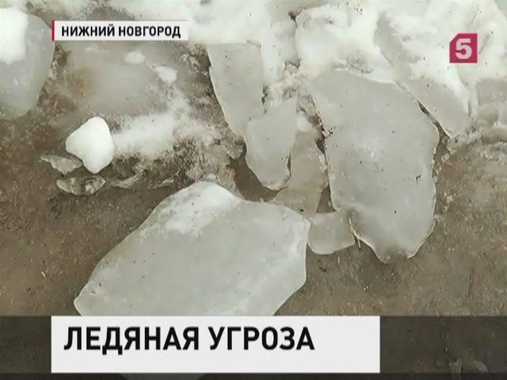 Глыба льда упала напарковку перед колледжем вНижнем Новгороде