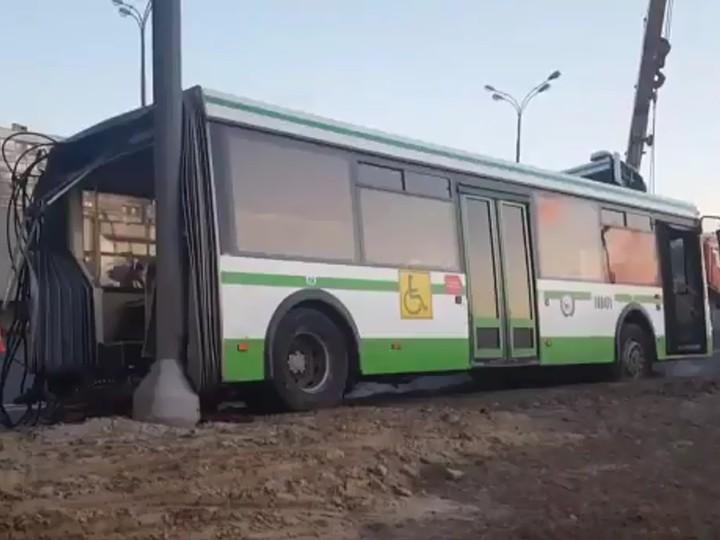 Автобус разорвало начасти— ДТП вМоскве ВИДЕО