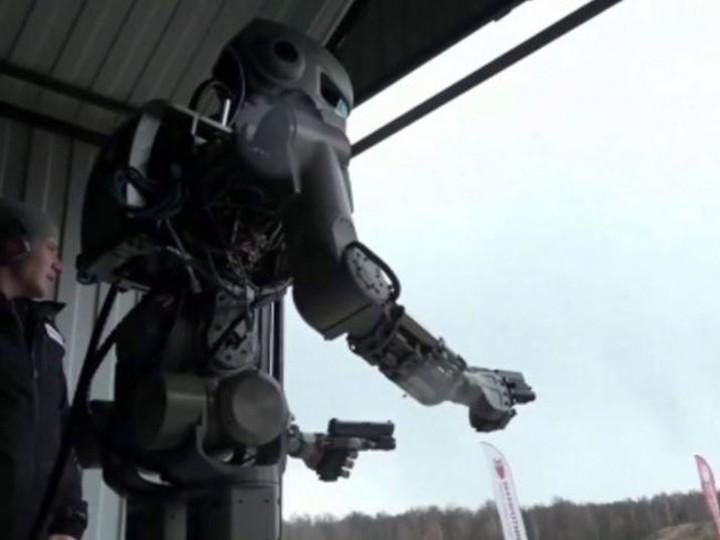 Робот Фёдор впечатлил западные СМИ умением стрелять сдвух рук ВИДЕО