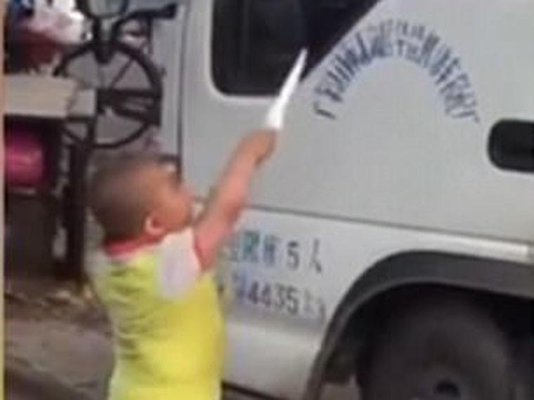Маленький мальчик сножом отстаивает бизнес своей бабушки ВИДЕО