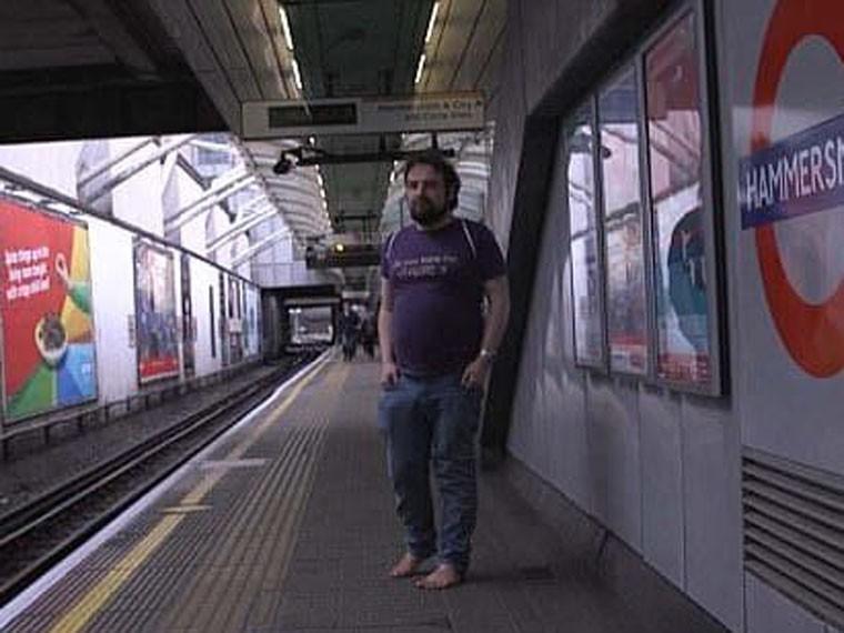 Житель Лондона уже четыре года неносит обувь ФОТО