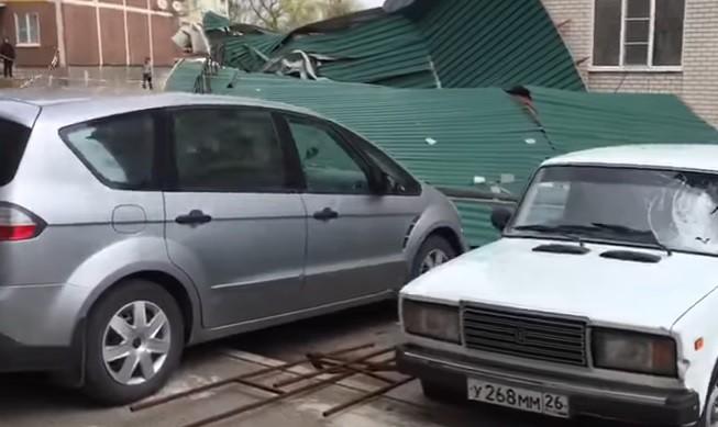 Тридцатиметровый кусок кровли разбил 10 машин вСтаврополе ВИДЕО