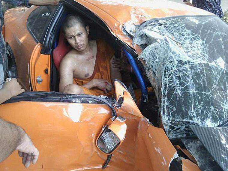 Буддийский монах сплохой кармой попал вДТП надорогом спорткаре ФОТО