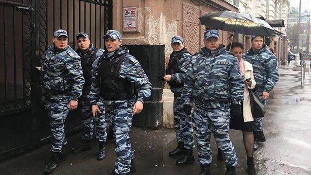 Очевидцы: Правоохранители работают вофисе «Открытой России» ВИДЕО