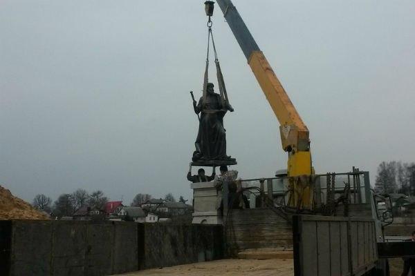 Памятник Ивану Грозному воВладимирской области увезли сразу после открытия— пока скульптор ходил наобед ФОТО