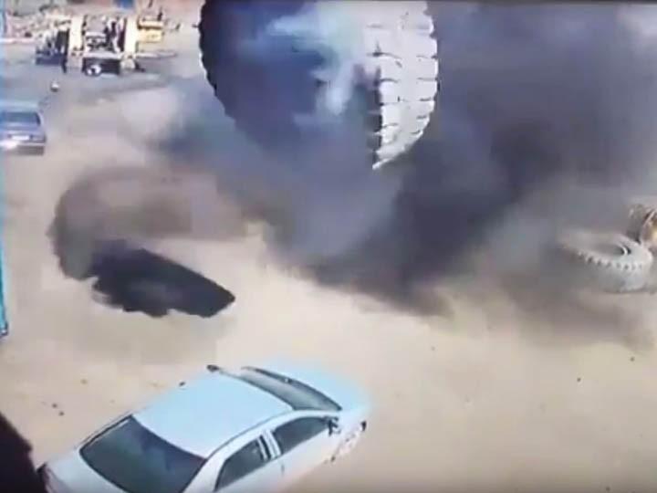 Взорвавшееся колесо отБелАЗа расплющило легковушку ВИДЕО