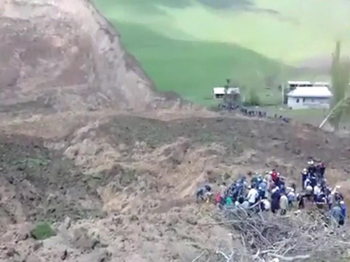 260 спасателей ищут людей под оползнем вКиргизии ВИДЕО