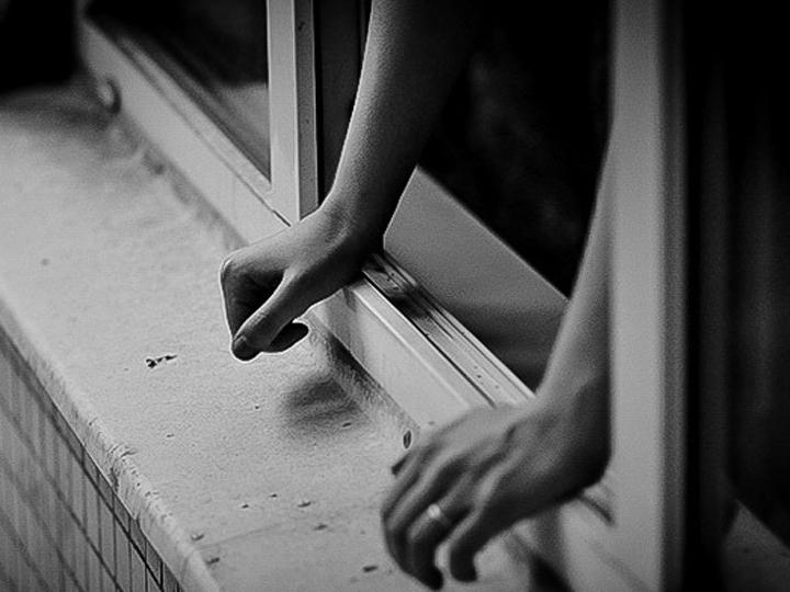 Следователи начали проверку пофакту падения девушки изокна вМоскве ВИДЕО