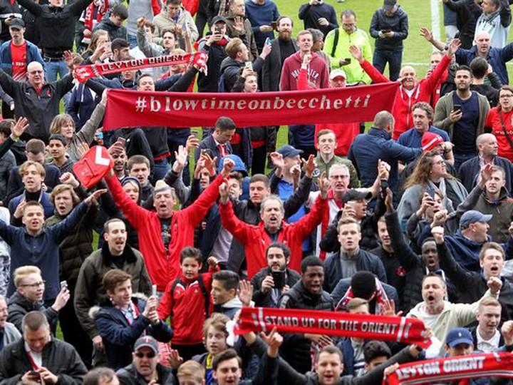 Британские футбольные болельщики устроили забастовку прямо наполе ВИДЕО