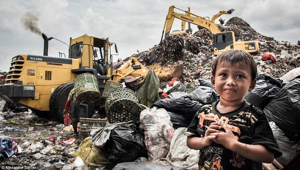 «Свалка жизни». 3 тысячи индонезийских семей живут намусорном полигоне ФОТО