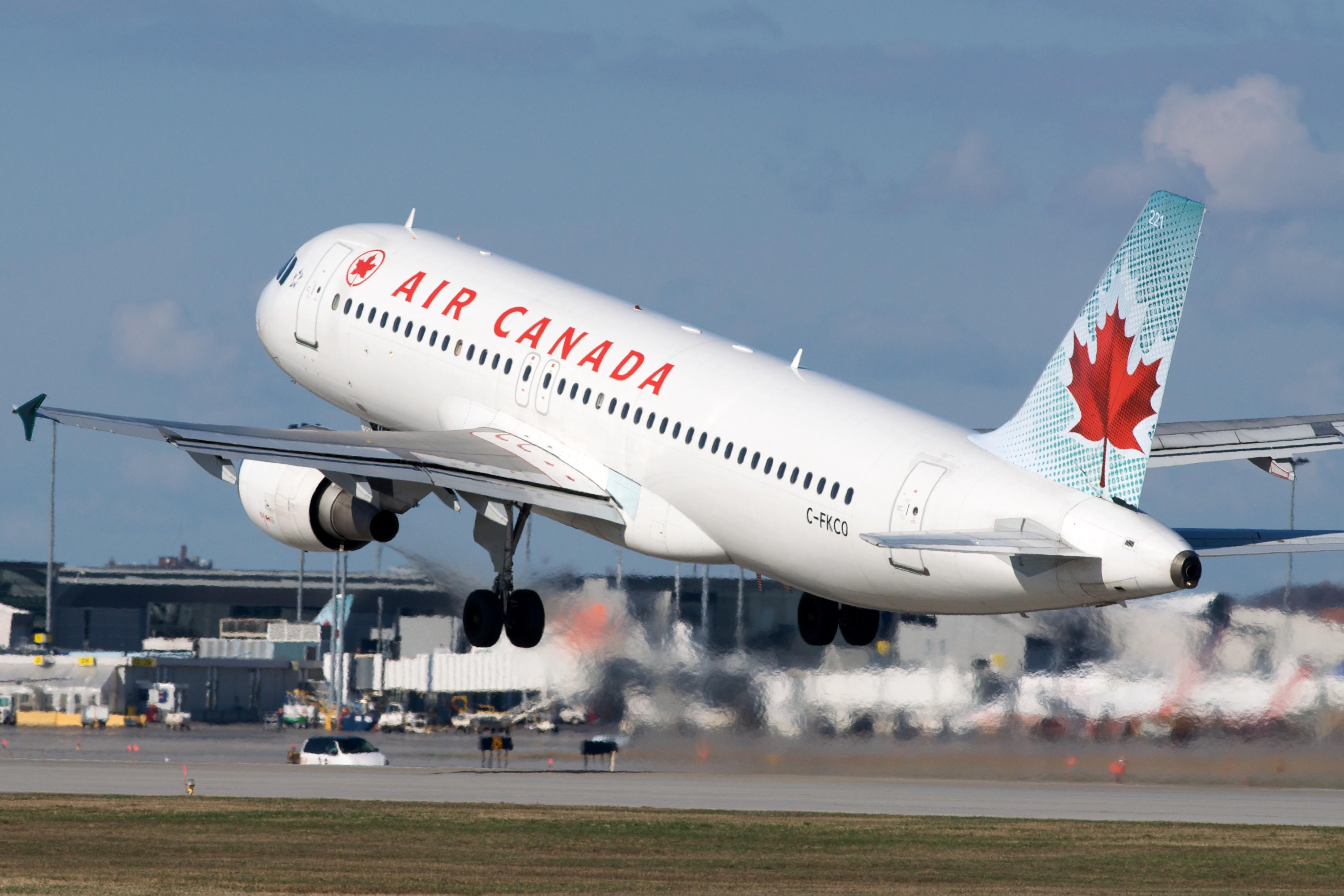 Самолету пришлось совершить экстренную посадку из-за пассажира, который захотел выйти вовремя полета