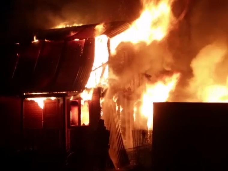 Кадры мощного пожара, который уничтожил дом ихозпостройки вРаменском районе