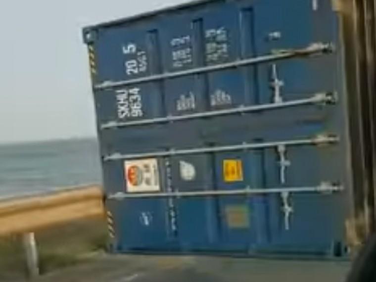 Ветром сдуло: наСахалине сбольшегруза упал контейнер