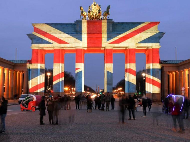 Достопримечательности повсему миру окрасились вцвета флага Великобритании впамять жертв теракта вМанчестере