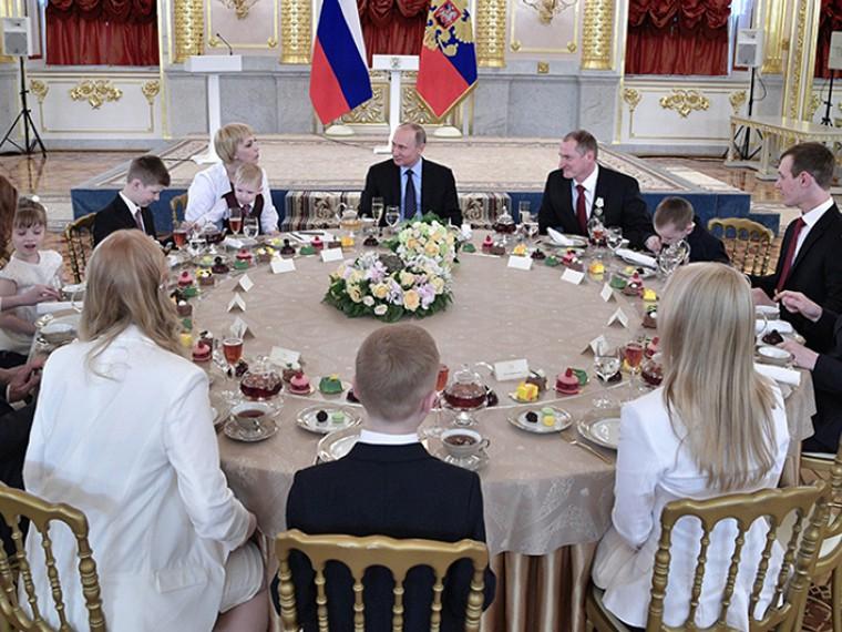 Путин наградил многодетные семьи орденом «Родительская слава»