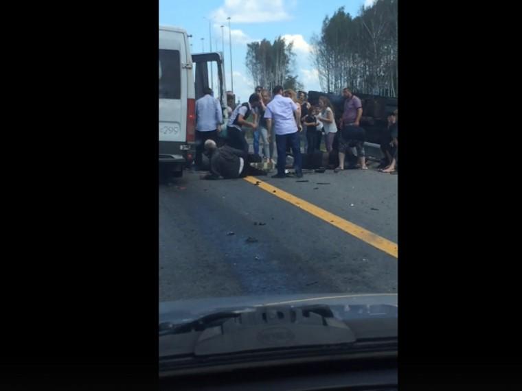 Всети появилось видео сместа столкновения микроавтобуса сКАМАЗом вТульской области