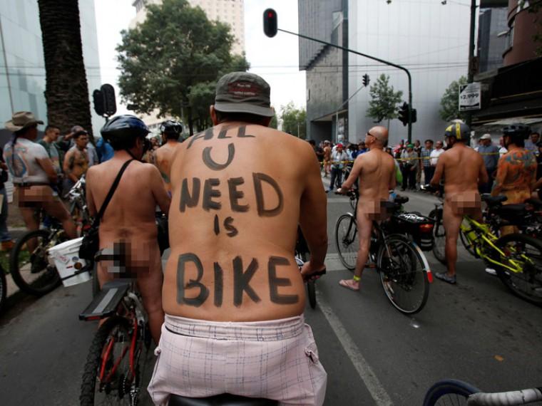 Мексиканцы приняли участие в«голом велозаезде»