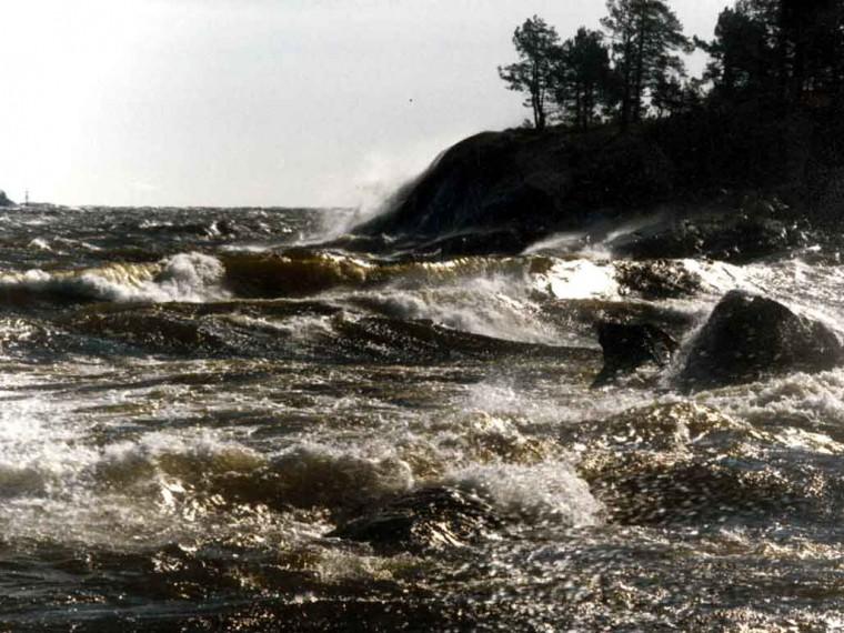 Трое подростков пропали врезультате катания налодке наЛадожском озере