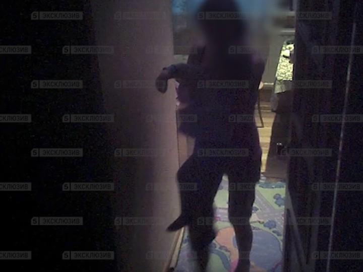 Голая петербурженка измываласьнад собственными детьми. Съемка скрытой камеры