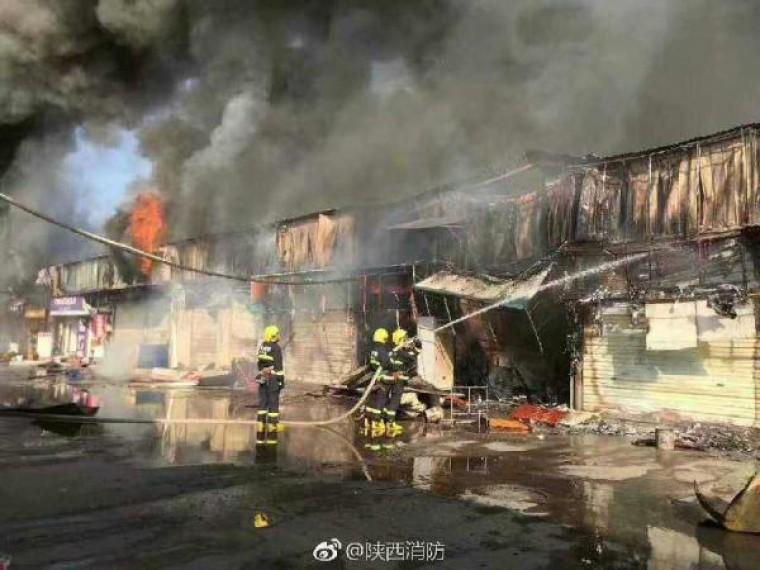 Страшный пожар уничтожил рынок вКитае