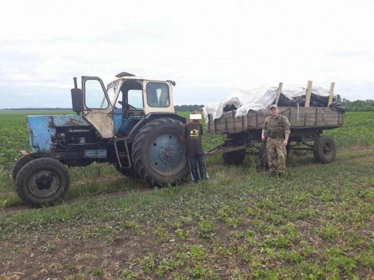 Украинские пограничники задержали трактор, который вез вРоссию три тонны мяса