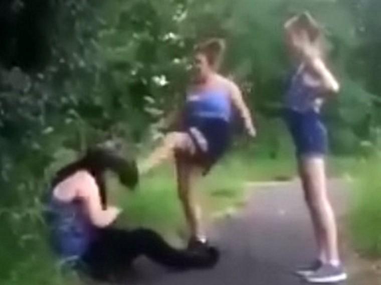 Английские подростки сняли накамеру, как избивают школьницу