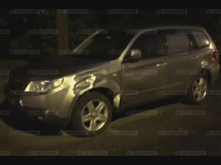 Водитель внедорожника протаранил припаркованную иномарку вспальном районе Петербура