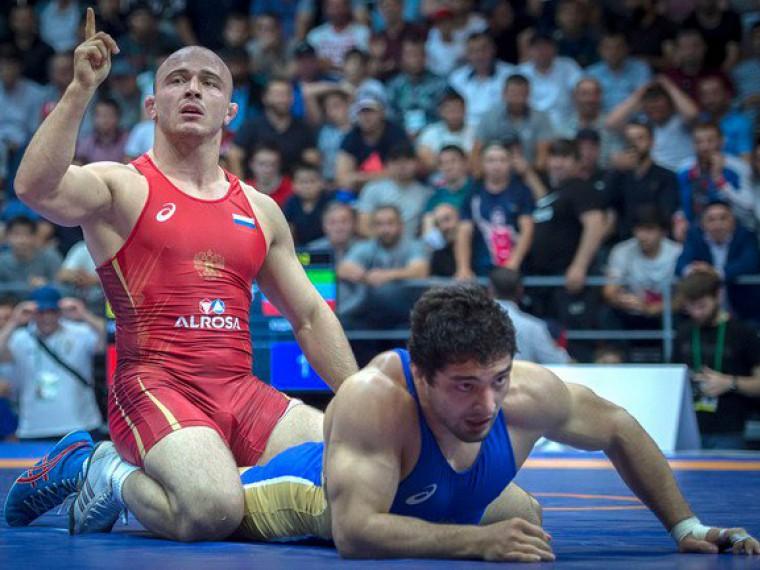 Российский борец Валиев взял «золото» натурнире вПольше