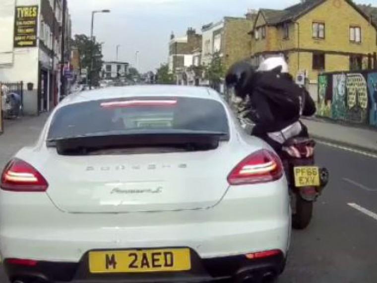 Лондонские воры обчистили остановившийся насветофоре Porsche