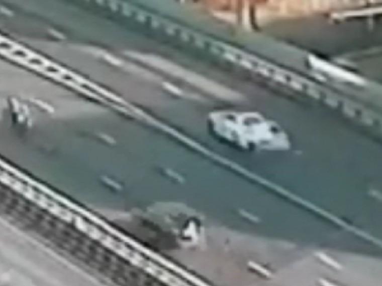 Лихие маневры MercedesнаВолоколамском шоссе попали навидео— зарулем пьяный сын бизнесмена сРублевки