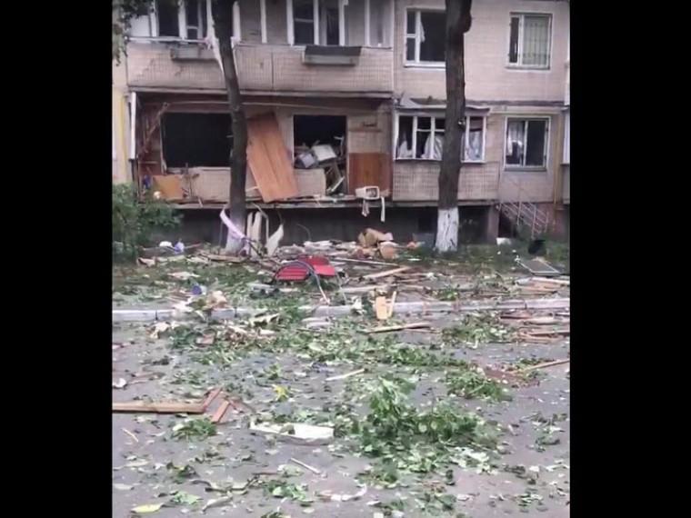 Вкиевской многоэтажке прогремел мощный взрыв— первое видео сместа ЧП