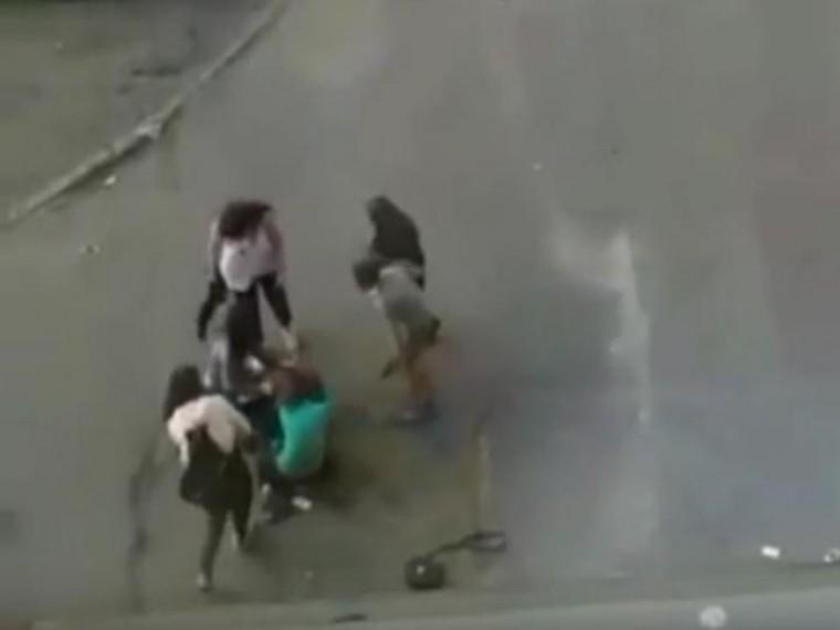 Девочку-подростка жестоко избили вНорильске— очевидец все зафиксировал накамеру
