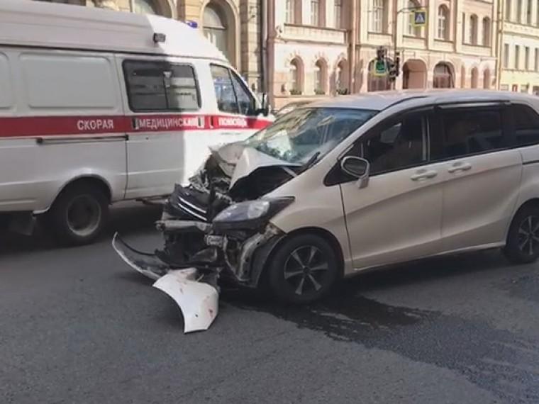 Вцентре Петербурга трамвай потерял рога ипротаранил несколько легковушек