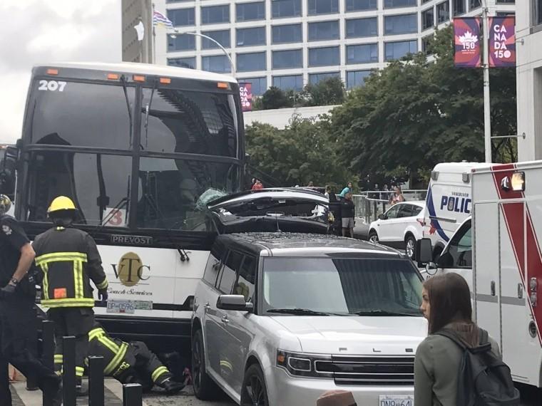 Первое видео изВанкувера, где экскурсионный автобус протаранил группу пешеходов