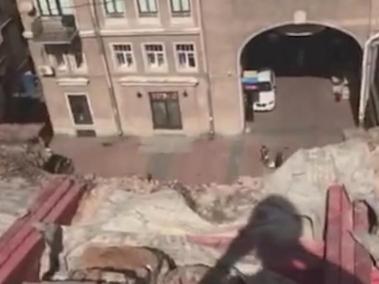 Трудовая инспекция проводит проверку после смертельного падения рабочего вцентре Петербурге