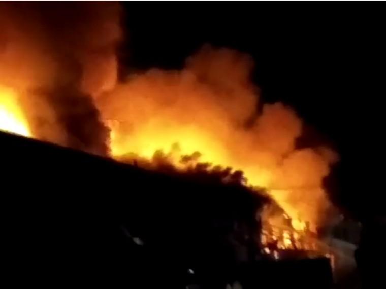 Рухнула кровля горящего насеверо-востоке Москвы склада
