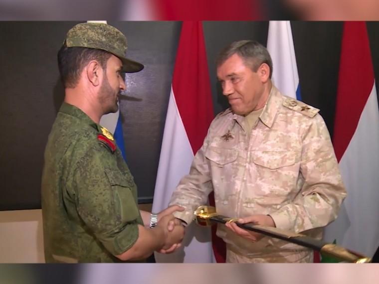 Начальник генштаба ВСРФВалерий Герасимов наградил сирийских военнослужащих