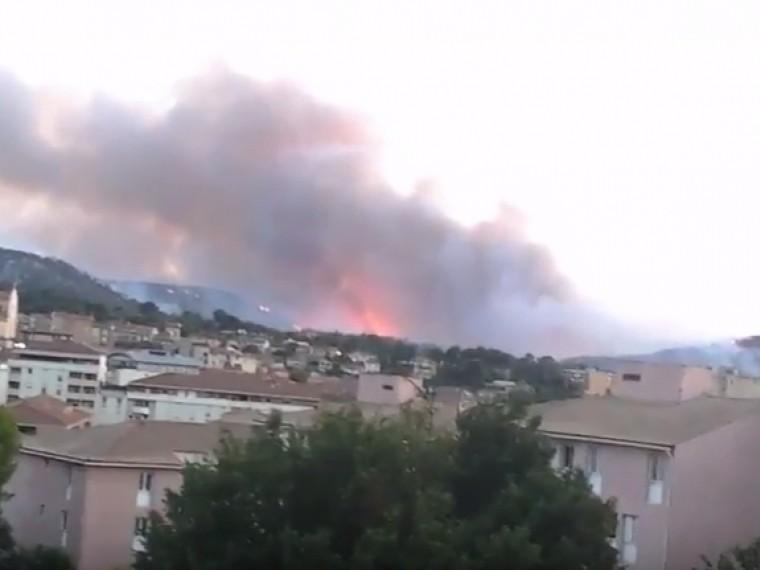 ВоФранции тушат пожар площадью170 гектаров