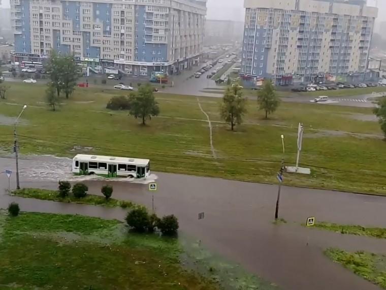 Из-за рекордных ливней спасатели эвакуируют жителей частных домов вКрасноярске