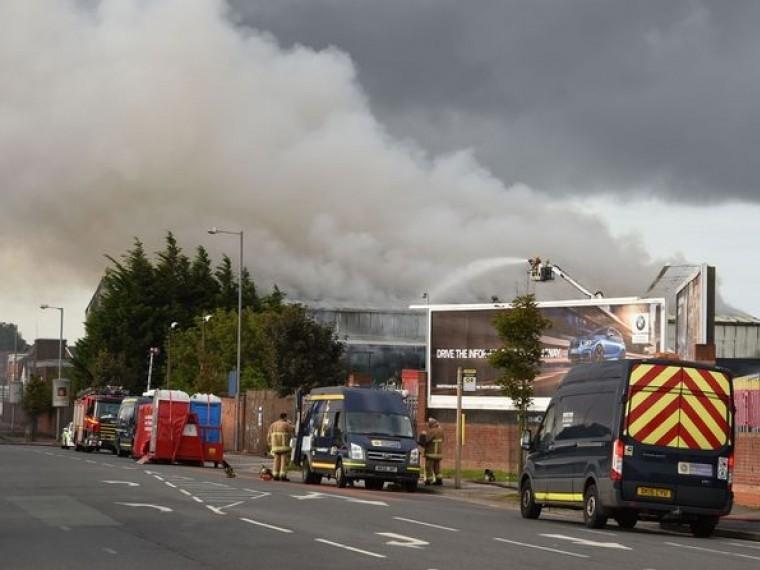 Жителям английского города Бутл рекомендовали оставаться дома из-за крупного пожара
