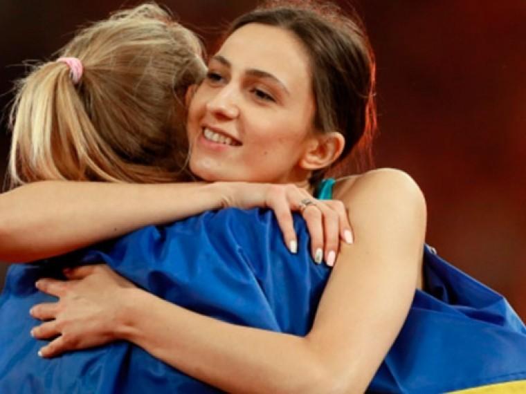 Спортсменки изРоссии иУкраины обнялись, накрытые флагом Незалежной
