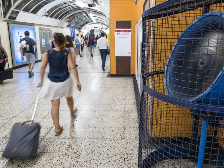 Очевидцы сообщают озадымлении настанции влондонском метро