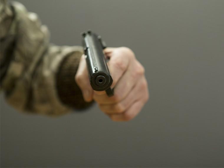 Вцентре Петербурга неизвестные обстреляли молодых людей изтравматического оружия