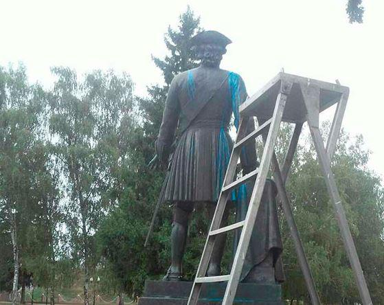 ВПолтаве облили краской монумент Петру I