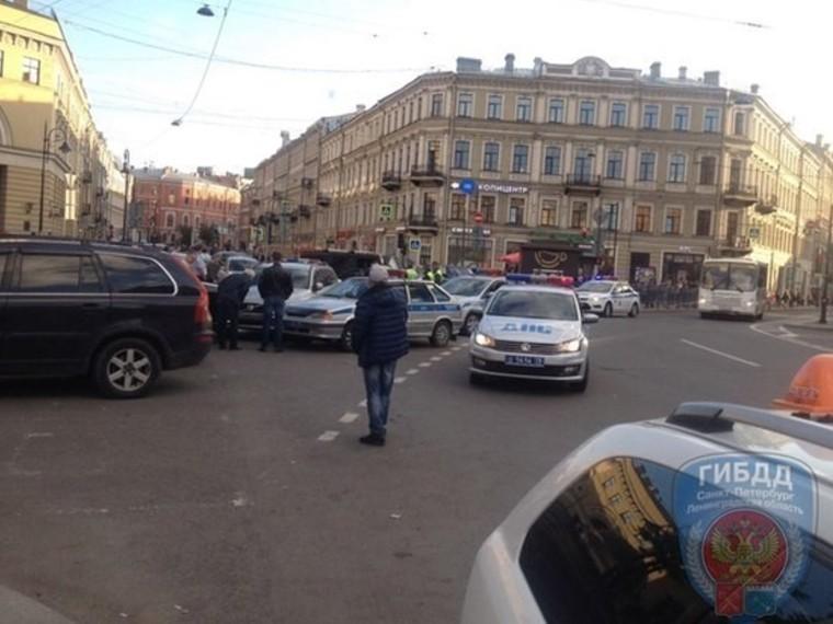 ВПетербурге пьяный водитель избил полицейских испрятался вхраме