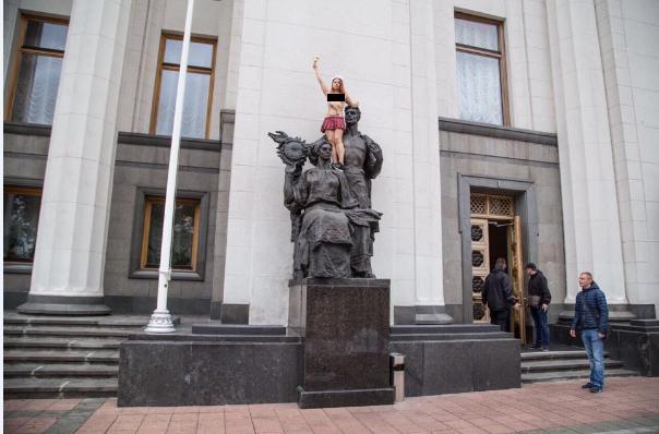 Акция секстремистки около Верховной Рады вКиеве: 1-ый звонок для «Школы коррупции»