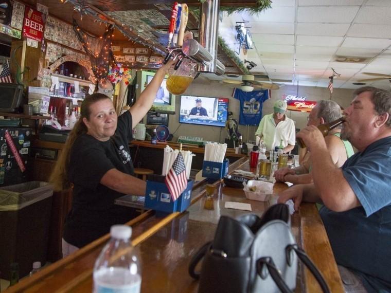 Все равно мыпить небросим— посетители ивладельцы дайв-бара воФлориде нанамерены бежать от«Ирмы»