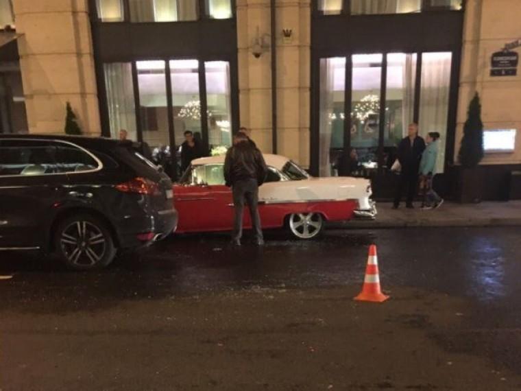 Очевидцы: ретро-автомобиль Сергея Шнурова чудом непострадал вцентре Петербурга