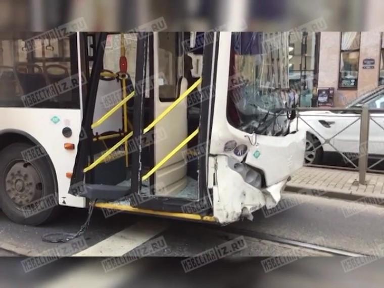 Вцентре Петербурга автомобиль протаранил пассажирский автобус